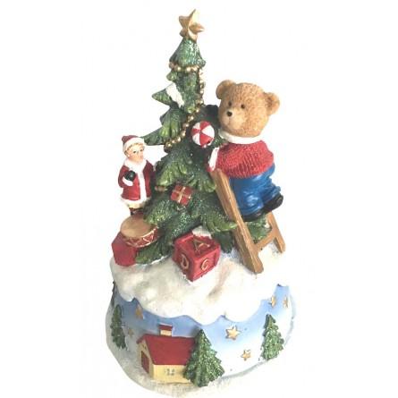 Bär schmückt Baum