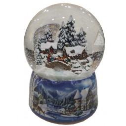 Porzellan Schneekugel mit einer winterlichen Häuserszene
